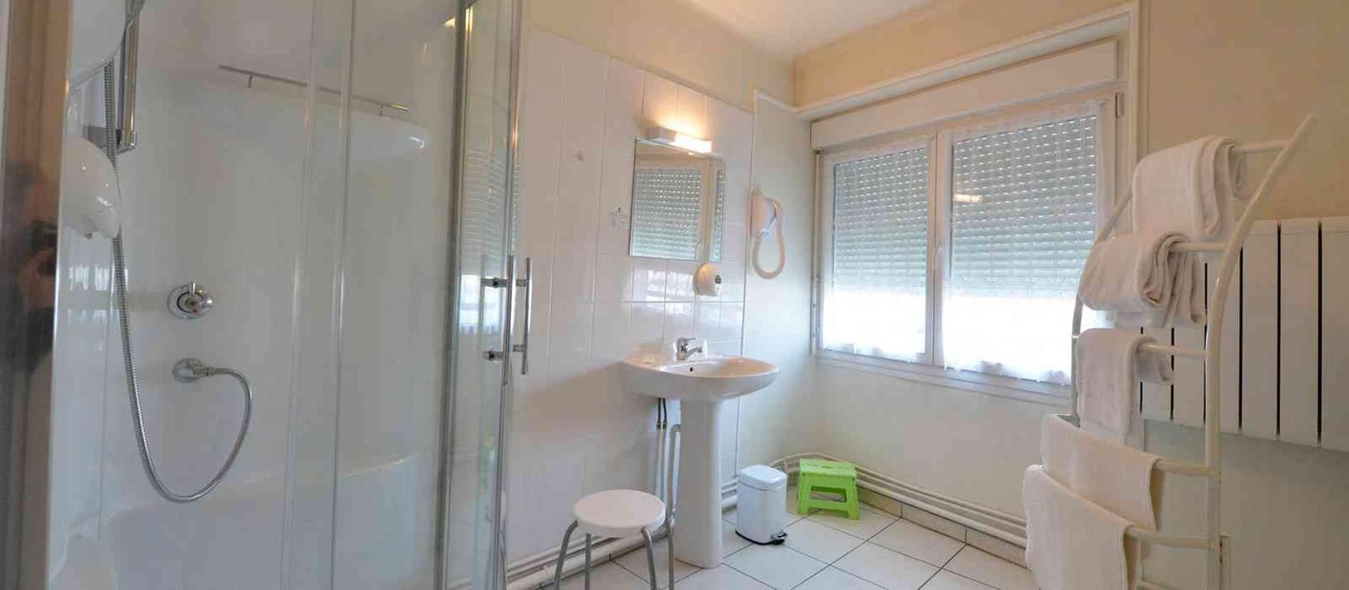hotel-la-fontaine-theix-Morbihan-Bretagne-Sud-salle-d'eau © hotel-la-fontaine-thei