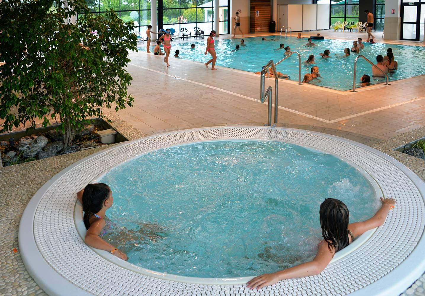 Jacuzzi dans la piscine couverte chauffée ©