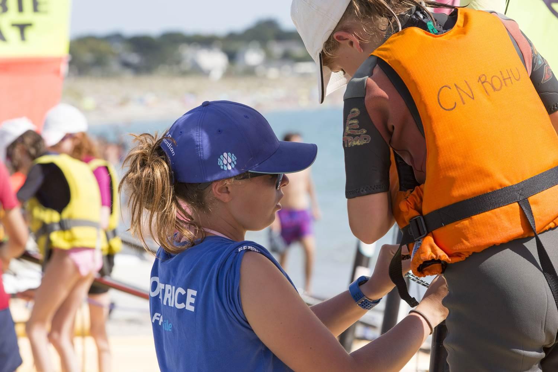 Mathilde, monitrice, explique à son stagiaire le rôle de la voile sur son Funboat - Club Nautique du Rohu ©
